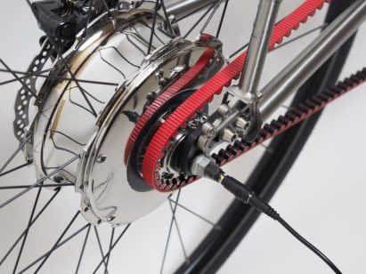It can be charged using the plug integrated into the rear wheel axle