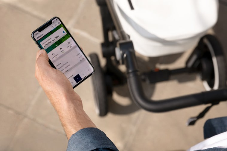 Smartphone app gives the Bosch e-stroller system connectivity via Bluetooth.