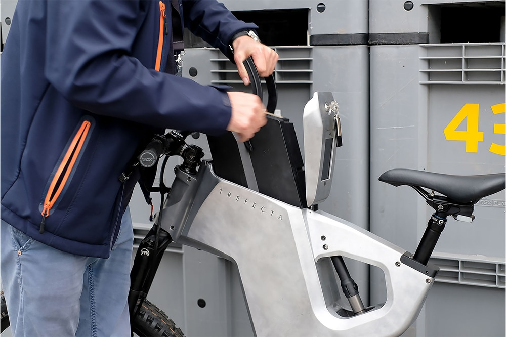 The battery is pushed from above through a lockable opening in the bulky belly of the aluminum frame.
