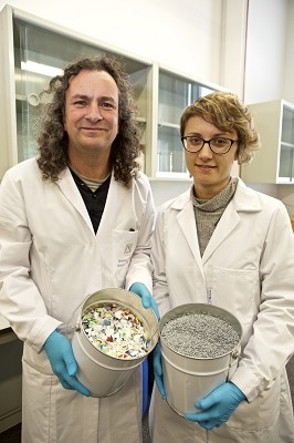 Andrea Cabanes and Andrés Fullana from the UA REMAN research group during the process of elimination of odours in recycled plastic. Credit: University of Alicante