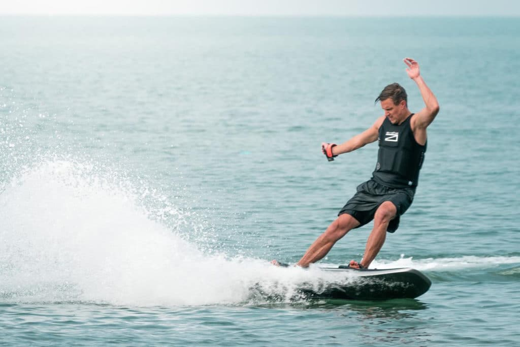 With electric surfboard, is possible to surf everywhere in the water without having to wait for the wave.