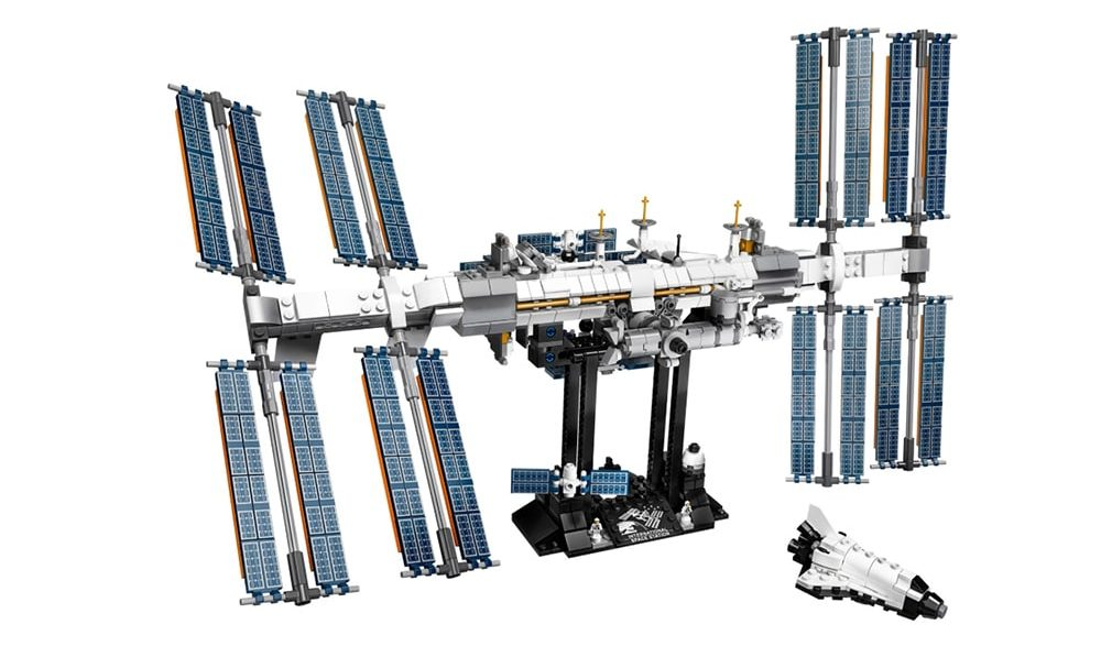 The set consists of 864 Lego pieces with which you can build the iconic space station
