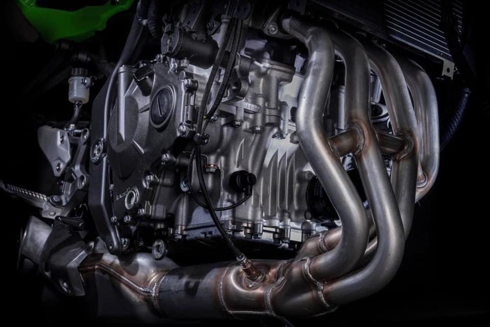 Teh liquid-cooled, 16-valve, 4-cylinder engine.