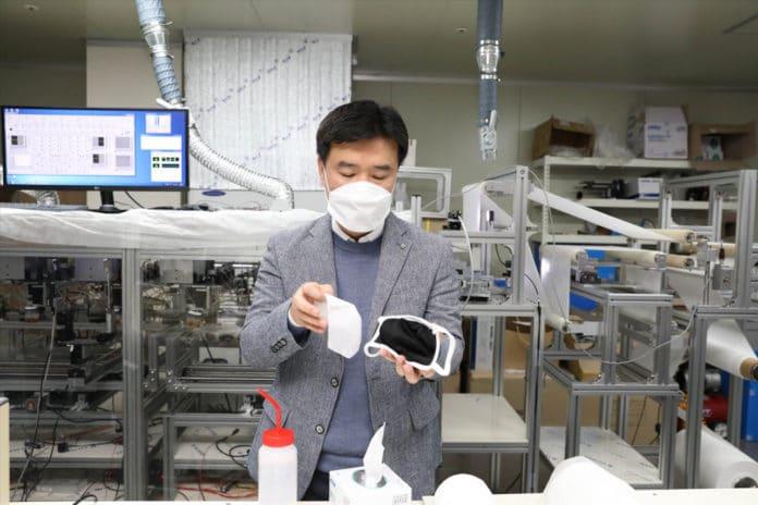 Professor Kim demonstrates recyclable nano-fiber filter for mask.