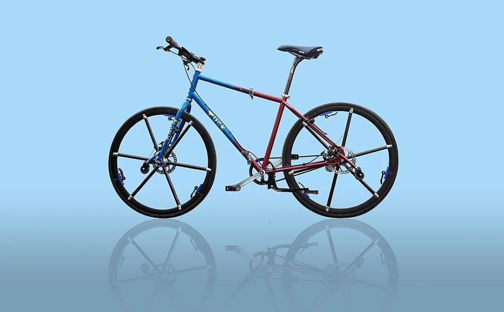 It has a full size frame and 700c wheels, with a diameter of 622 mm.