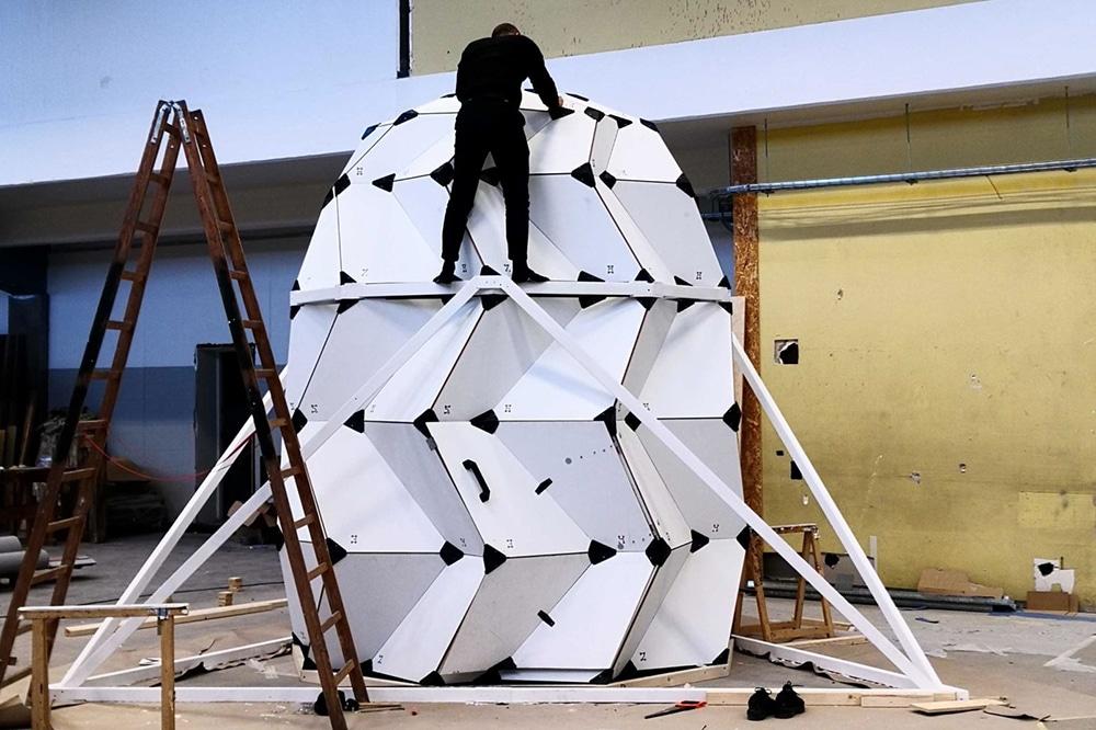 LUNARK consists of a strong aluminium frame as its exterior.
