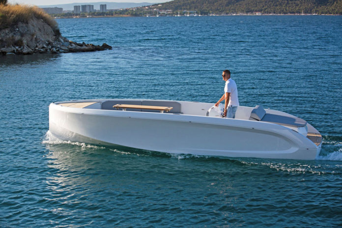 RAND Mana 23, an electric motorboat with space for up to 10 people.
