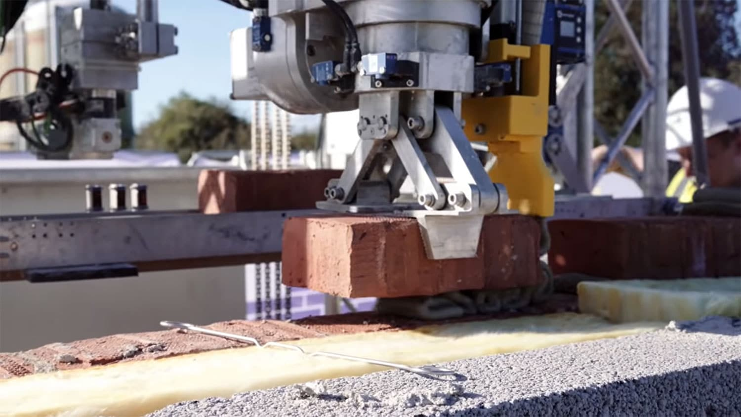 Brick Laying Robot builds a three-bedroom house in the UK