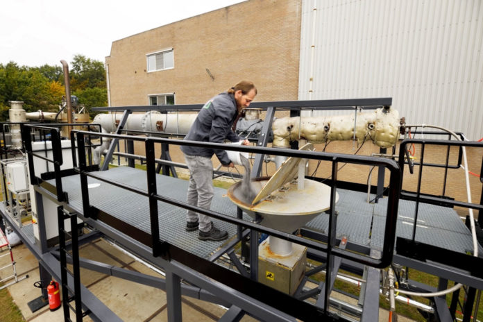 The iron powder is poured into the iron fuel installation at brewery Bavaria in Lieshout.