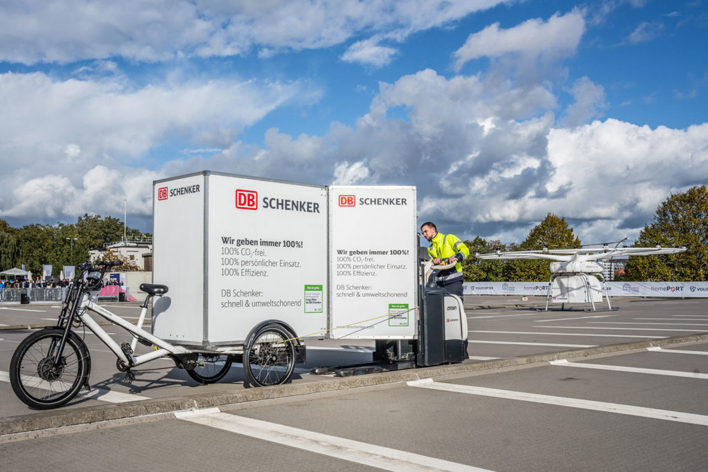 The aircraft brings the payload to a DB Schenker Cargo Bike for further transport.
